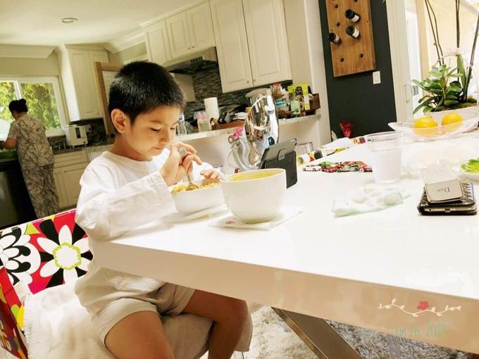 Skyler hiện có thể tự xúc ăn cơm với thức ăn xay nhuyễn.