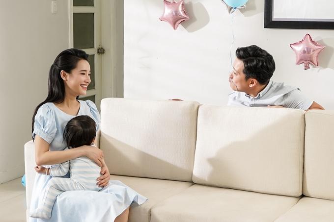 Cặp đôi thể hiện những khoảnh khắc của những ông bố bà mẹ hạnh phúc chuẩn bị sinh nhật cho con.