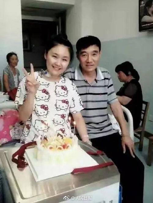Sun Ying và bố tại bệnh viện năm 2015. Ảnh: Weibo.