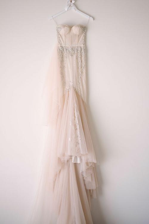 Đầm cưới mà cô dâu Wing chọn mang sắc hồng pastel thay vì màu trắng tinh khôi. Bộ váy hai dây có phom dáng corset, có họa tiết dây leo trải dài dọc thân để Wing trở nên cao ráo hơn.
