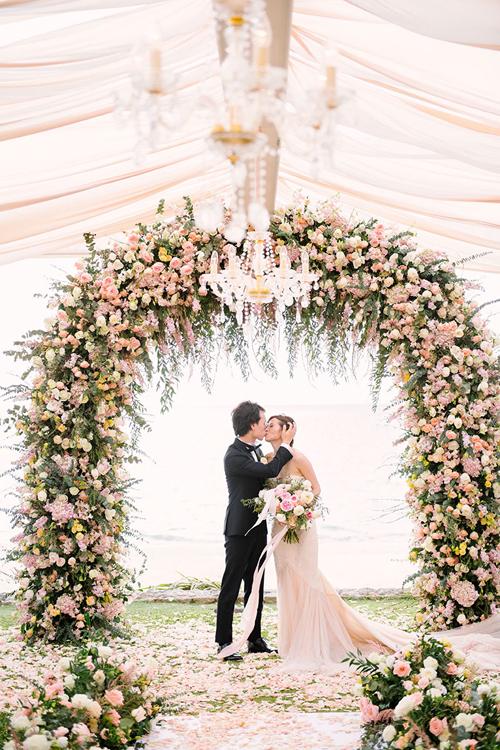 Cặp vợ chồng Wing - Steven đến từ Hồng Kông chọn làm đám cưới bên biển Phuket với sắc hồng theo ý thích của cô dâu. Wing muốn hôn lễcósự trang nhã, mangphong cách vintage và không gian là một khu vườn gợi mở ra bờ biển rộng lớn.