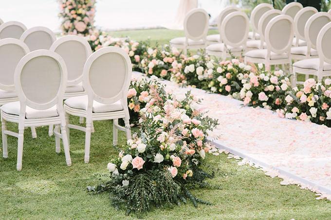 Dọc lễ đường là hàng vạn cánh hoa hồng tạo nên cảnh sắc ngọt ngào, thơ mộng.