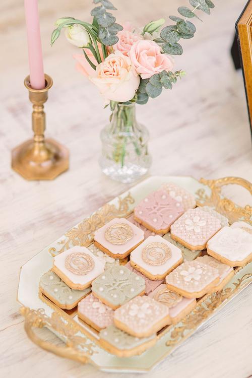 Khách mời được thưởng thức bánh quy tại bàn tiếp tân. Bánh có họa tiết chữ S-W tượng trưng cho uyên ương và các họa tiết gợi sự lãng mạn, sang trọng.