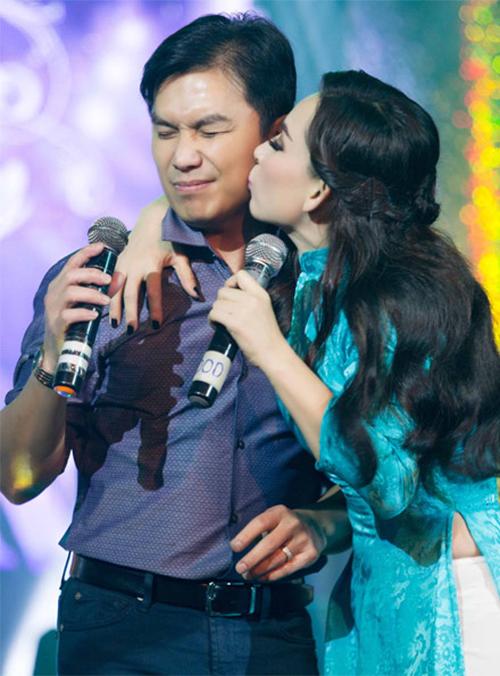 Phi Nhung và Mạnh Quỳnh thường xuyên có những cử chỉ tình tứ trên sân khấu.