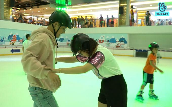 Sau một hồi làm quen, Thanh Duy bắt đầu quen dần với sân băng trơn trượt. Anh tự tinhướng dẫn Thi Vị.