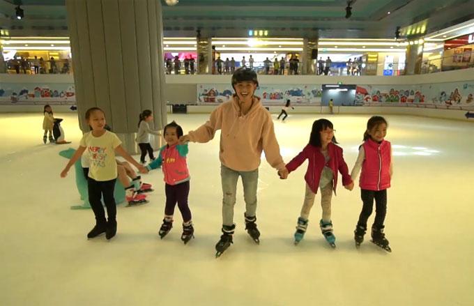 Nam ca sĩ xung phong rủ các em nhỏ nắm tay nhau, dàn thành hàng ngang trượt băng.