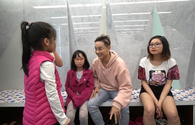 Sau khi kết thúc buổi trượt băng, Thanh Duy phải chịu hình phạt vì trước đó đã muộn giờtìm ra cô gái để hẹn hò. Hình phạt dành cho anh là phải diễn tả lại bộ mặt vui - buồn của ba cô gái nhỏ.