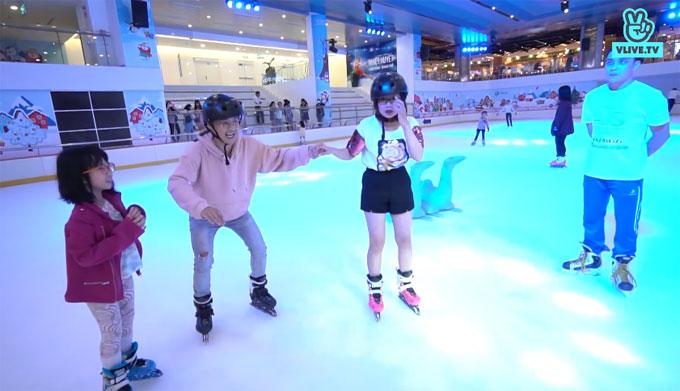 Giọng ca Lỗi ở yêu thương cho biết đây là lần đầu tiêntrượt băng. Trước đó, khi du lịch ở Nhật Bản, nam ca sĩ từng trượt tuyết. Thi Vị cũng khẳng định cô chưa bao giờ tới sân băng.