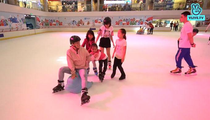Sự thân thiện, hài hước của Thanh Duy thu hút sự chú ý của các em nhỏ. Trong suốt buổi trượt băng, ba cô gái nhỏ liên tục hướng dẫn cũng như chơi đùa cùng anh khiến nam ca sĩphải thốt lên: Tôi tới đây hẹn hò với bạn gái kia mà bị các em nhỏ này chiếm hữu rồi.