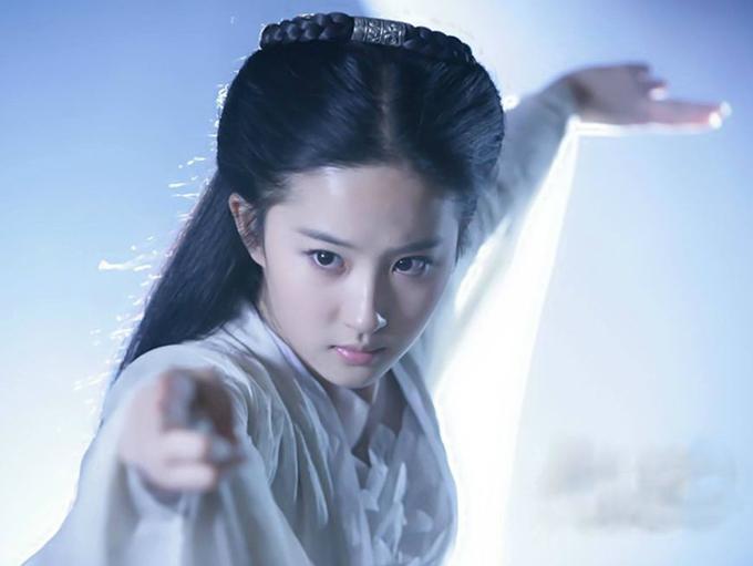 Khi quay Thần điêu đại hiệp, Lưu Diệc Phi từng bị ngã từ trên cao do sự cố của dây cáp bảo hiểm. Theo QQ, nàng Tiểu Long Nữ bị thương khá nặng khi đó.