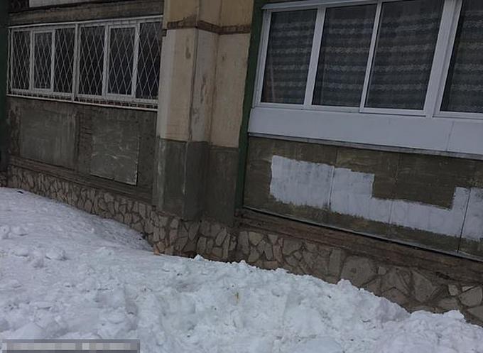 Đống tuyết dưới chân tòa nhà nơi em bé và người mẹ rơi xuống. Ảnh: Civil Protection Department.