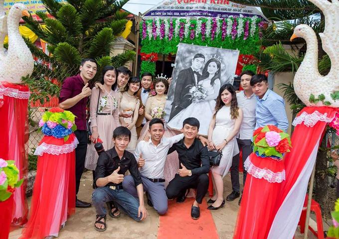 Cô dâu chú rể cùng bạn thân Thanh Lâm (áo đen, bên trái)thích thú chụp ảnh kỷ niệm bên món quà đầy ý nghĩa.