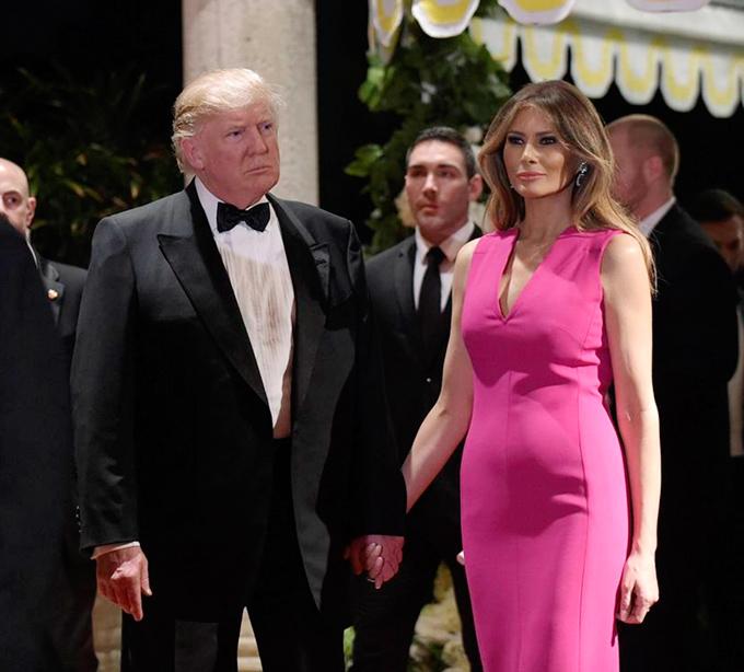 Xuất thân là người mẫu, Melania Trump sở hữu chiều cao đáng nể cùng vóc dáng cân đối. Tuy nhiên, ở tuổi 49, bà không tránh khỏi nhược điểm hình thể mà đa số phụ nữ trung niên gặp phải, đó là vùng bụng lớn.Tại buổi dạ tiệc gây quỹ hàng năm của Hội Chữ thập đỏ hồi đầu tháng 2/2017, thiết kế Dior màu hồng cánh sen thanh lịch giúp đệ nhất phu nhân Mỹ thêm nổi bật nhưng cũng tố cáo vòng hai kém thon của bà.