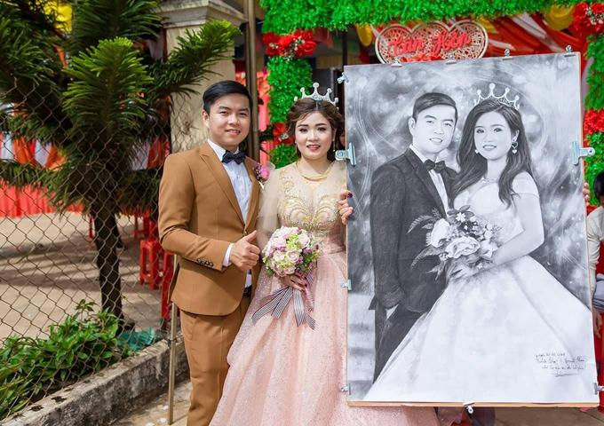 Chú rể Trần Văn Trọng, cô dâu Nguyễn Thị Thoa (kinh doanh thuốc Tây) chụp ảnh bên quà cưới của bạn thân Thanh Lâm.