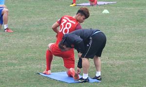 HLV Park Hang-seo gỡ đá khỏi đế giày cho học trò