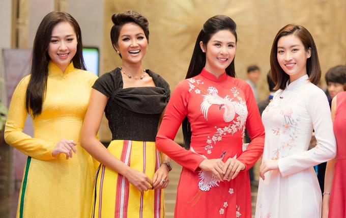 Ngọc Hân, Mỹ Linh chúc mừng HHen trở thành Gương mặt tiêu biểu năm 2018 - 1