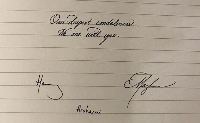 Chữ viết tay của vợ chồng Harry - Meghan trong sổ chia buồn với đất nước New Zealand về vụ xả súng. Ảnh: GC Images.