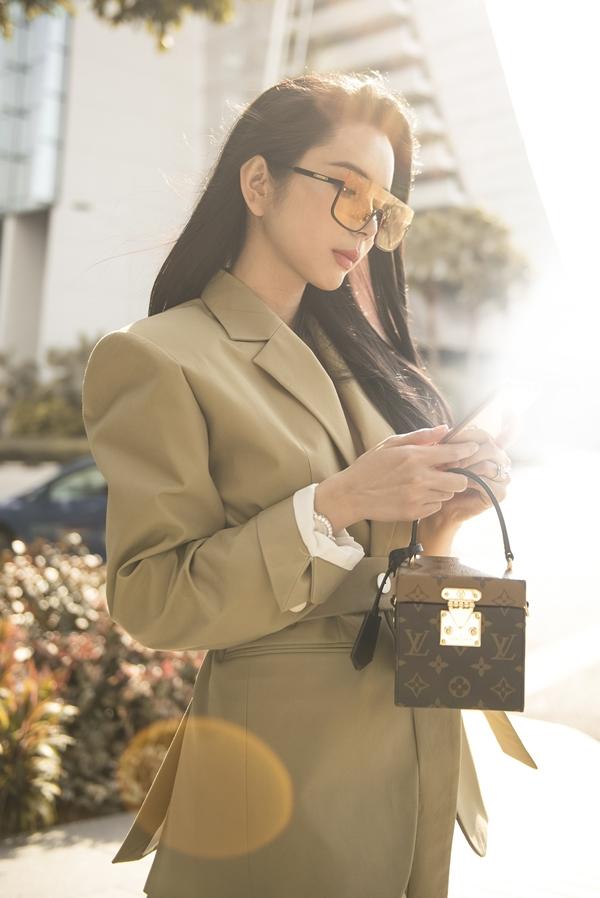 Nhân chuyến sang Singapore tham dự Đêm hội chân dài mới đây, hoa hậu Huỳnh Vy thực hiện bộ ảnh streestyle, khoe phong cách sành điệu.