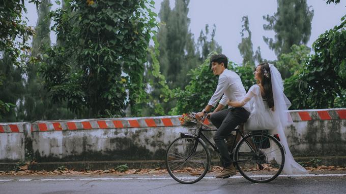 Cô dâu chú rể có thể chở nhau trên chiếc xe đạp cổ đem đến khung cảnh tựa thước phim Hong Kong