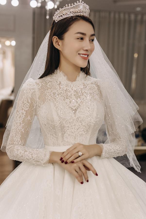 Hình ảnh Lê Hà lộng lẫy đi thử váy cưới. Với người đẹp sinh năm 1993, cô muốn dành mọi tình cảm quan tâm cho gia đình, con nhỏ. Đó là thay đổi
