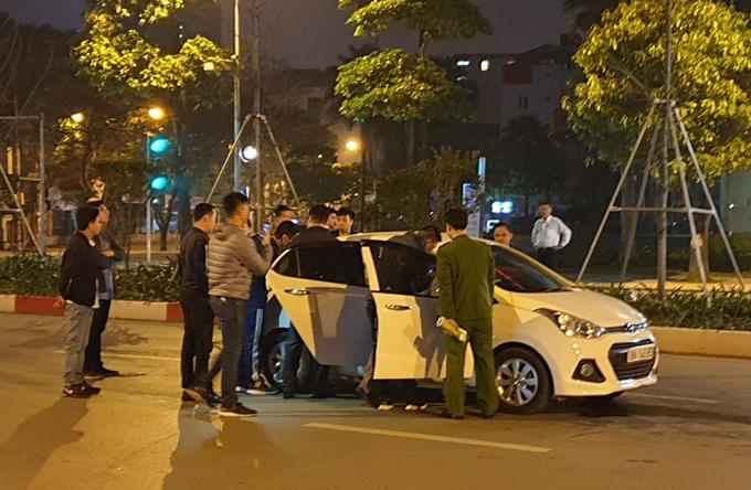 Cảnh sát khám nghiệm hiện trường vụ tai nạn đêm 20/3. Ảnh: Sơn Phương.