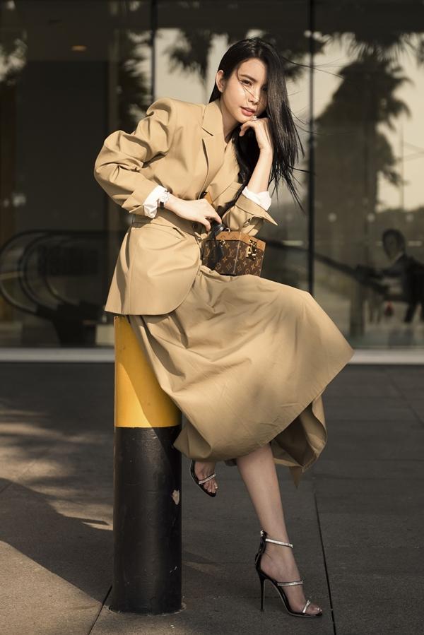Sơ mi, áo vest kết hợp áo khoác măng tô đem đến vẻ thanh lịch cho Huỳnh Vy. Cô chọn túi LV 75 triệu đồng và giày Giuseppe Zanotti gần 30 triệu đồng tô điểm thêmvẻ sành điệu.