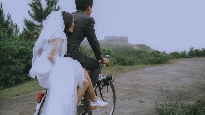 Trong nhiều thế kỷ, đèo đã trở thành bức tường ngăn cách giữa văn hóa Chàm cổ ở phía Nam và nền văn minh của tộc Việt ở vùng châu thổ sông Hồng. Dọc đường đèo, cô dâu chú rể sẽ được chiêm ngưỡng phong cảnh thiên nhiên tuyệt vời về dải bờ biển kéo dài của Việt Nam.