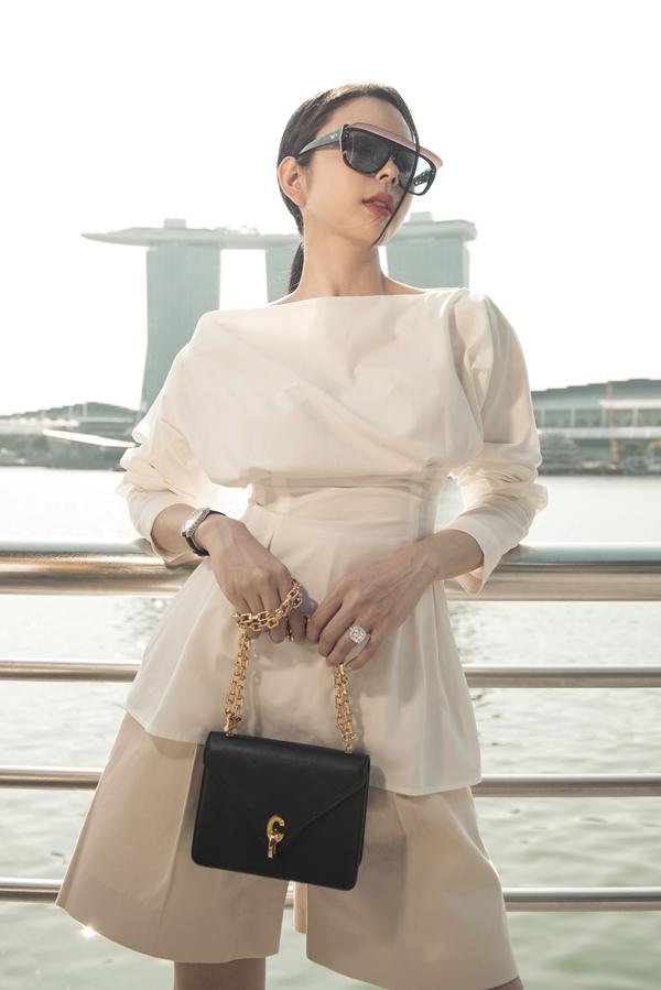 Bộ váy màu trắng đơn giản trôngthu hút hơn nhờ cách phối phụ kiện của Huỳnh Vy.