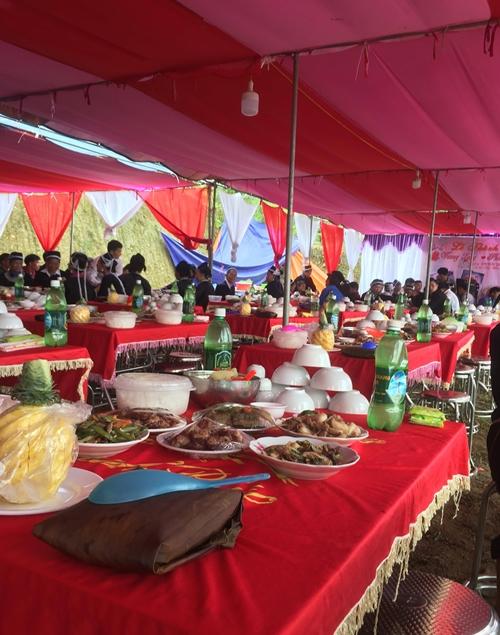 Cỗ cưới của Vương Long có 7 món được chế biến từ lợn, gà do gia đình nuôi.
