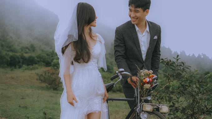 Đôi khi những nụ cười, ánh nhìn về phía đối phương cũng đủ để nói lên tình cảm mà uyên ương dành cho nhau thay vì những tạo dáng cầu kỳ trong ảnh cưới.
