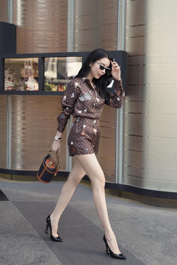 Huỳnh Vy khéo léo tạo sự đồng bộ từ màu sắc trang phục đến phụ kiện. Cô cũng mê mẫn một chiếc túi khác của LV giá hơn 66 triệu đồng.