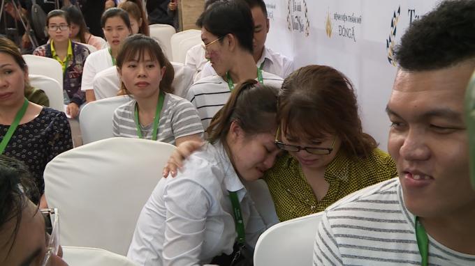 Những câu chuyện đặc biệt chưa kể Trong vòng tuyển chọn trực tiếp tại Sài Gòn có hàng ngàn người xếp hàng từ sớm để có cơ hội thay đổi cuộc sống. Mỗi thí sinh đến mang theo một câu chuyện về những khiếm khuyết nhan sắc, về hoàn cảnh đặc biệt của mình. Đó có thể là câu chuyện của: Nguyễn Thị Xuân Vinh là trường hợp mang đến câu chuyện làm ban giám khảo không khỏi xúc động. Cô gái trẻ gây ấn tượng với ban giám khảo về ngoại hình đặc biệt của mình. Cô chia sẻ: Vinh lớn lên trong hoàn cảnh gia đình bố mẹ ly thân, mẹ thì bị u sơ, khi sinh ra ngoại hình kém may mắn, thường xuyên chịu những lời trêu ghẹo của những người bạn ác ý.Hơn nữa, việc ăn uống của Vĩnh cũng trở nên khó khăn do bị khớp cắn ngược, lệch khớp thái dương hàm, hàm trên không phát triển và không thể nghiền nát được thức ăn như bao người bình thường khác. Nói thêm về điều này 9X chia sẻ:
