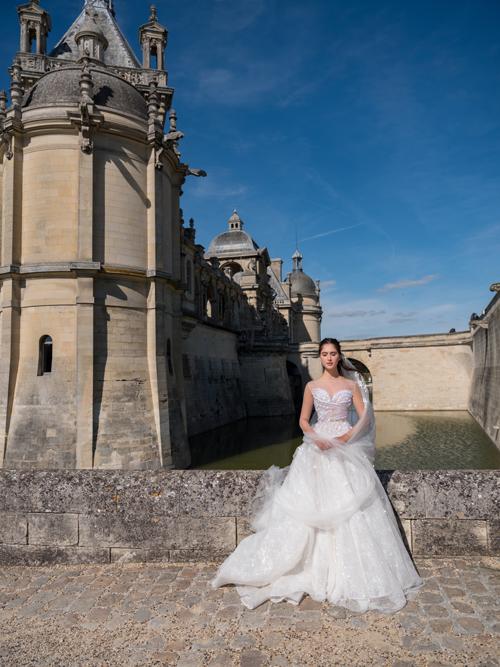 Thân trên của váy mang phom dáng corset được trang trí bởi những hạt đá lấp lánh. Bản thân chất liệu vải cũng có độ bắt sáng tự nhiên tạo nên nét quyến rũ nhưng không kém phần sang trọng.