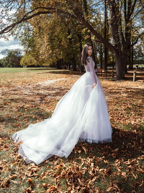 Thiết kế có đuôi dài với các lớp lang làm từ chất liệu vải cao cấp, mềm nhẹ giúp bộ váy không trở nên cồng kềnh, gây vướng víu.