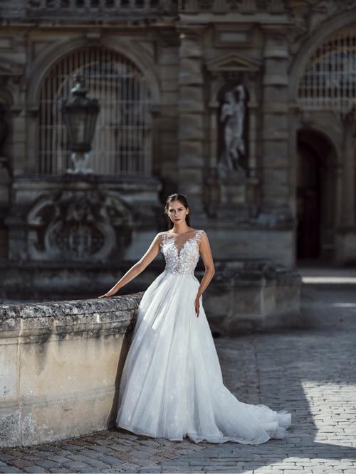 Bộ ảnh được thực hiện với sự hỗ trợ của trang phục: Hacchic Bridal, nhiếp ảnh: Thai Pham, trang điểm: An Ph, người mẫu: Sindi Gjoshe.