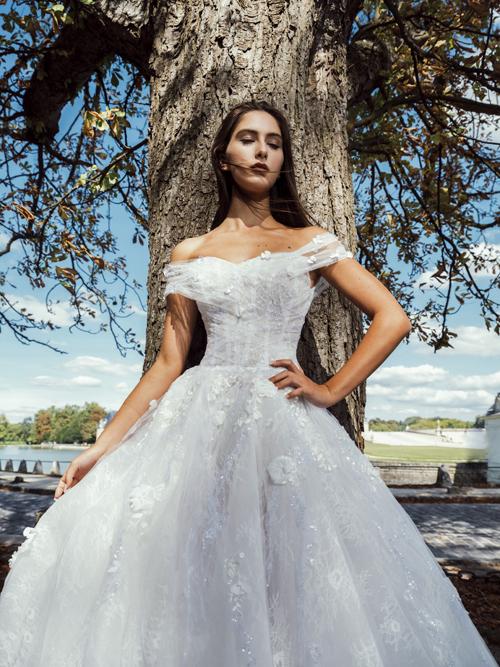 Những bộ đầm cưới được lấy cảm hứng từ sự giao thoa giữaquá khứ và hiện đại trong khung cảnh lâu đài Chantilly cổ kính nằm ở phía bắc Paris.