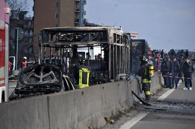 Chiếc xe buýt bị cháy trơ khung sau khi bị tài xế châm lửa đốt. Ảnh: Rex.
