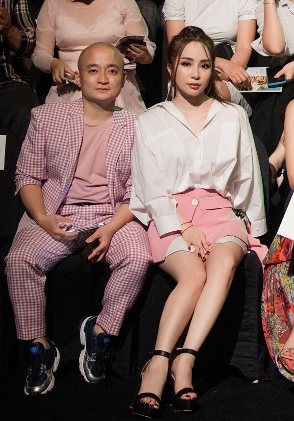 Nàng Cá sấu chúa ngồi cạnh nhà thiết kế Cao Minh Tiến, một người anh thân thiết trong nghề.