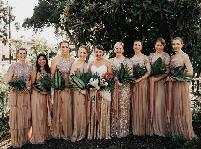 Colleen đặt may váy hồng ánh kim cho dàn phù dâu để tạo sự đồng điệu. Dàn phù dâu còn làm duyên với nhành cây cầm tay, phù hợp với concept tiệc cưới.