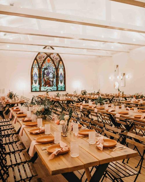 Cặp vợ chồng chọn bàn ghế gỗ và tô điểm không gian bằng các loại hoa, lá miền nhiệt đới.