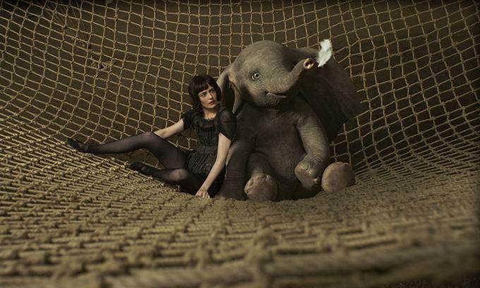 Cô đào người Pháp Eva Green diễn xuất cùng chú voi Dumbo.