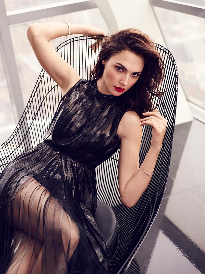 Sở hữu khí chất sang chảnh và cuốn hút, Gadot là gương mặt quen thuộc trong các bộ ảnh thời trang của các tạp chí lớn.