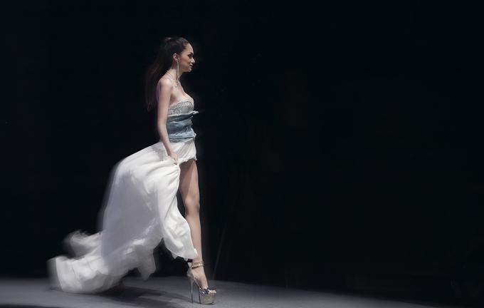 Không chỉ làm khách mời, Hoa hậu chuyển giới 2018 còn đảm nhận vai trò vedette trong show diễn xuân hè vào tối qua. Đây là lần hiếm hoi cô catwalk trên sàn diễn thời trang.
