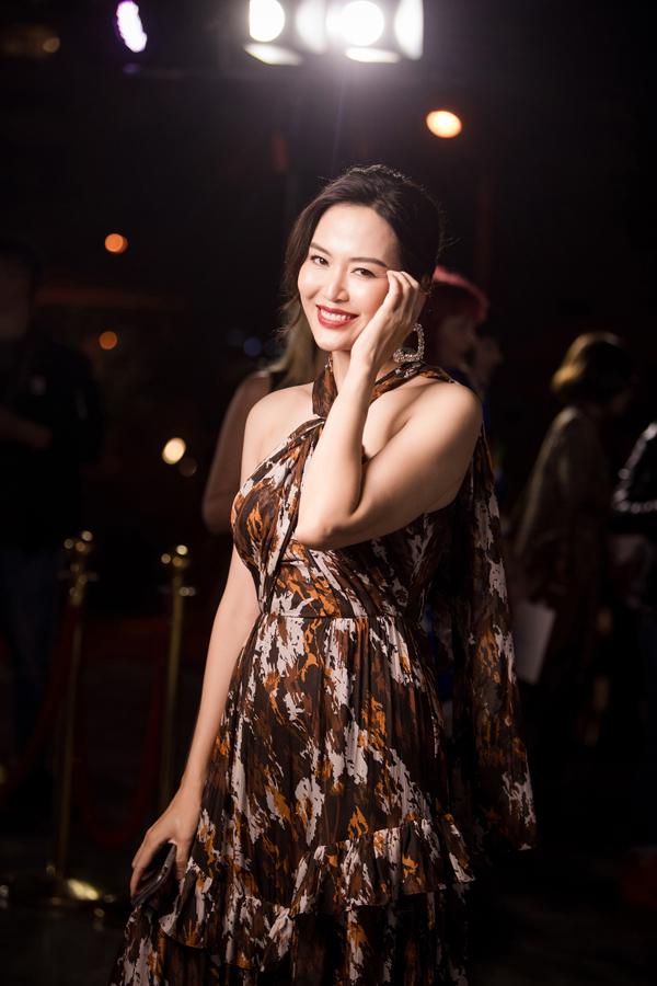 Hoa hậu Thu Thủy khoe vẻ tươi trẻ với váy hở vai trần.