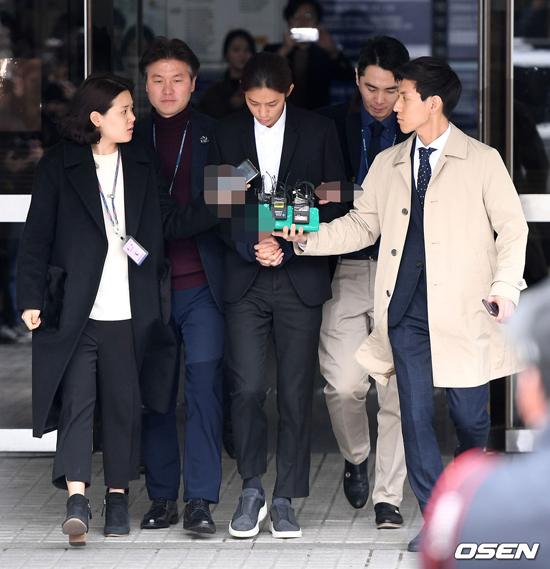 Chiều nay 21/3, phiên tòa xét xử Kim Joon Young vì tội quay lén video phòng the và phán tán trong nhóm kín kết thúc. Nam diễn viên, ca sĩ thừa nhận mọi tội trạng và đọc lời xin lỗi trước tòa. Ngay trong chiều, anh được di lý tới sở cảnh sát gần nhất để tạm giam, trước khi tòa có lệnh bắt chính thức.