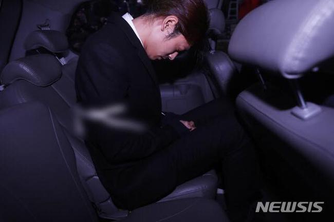 Jung Joon Young cúi gằm mặt xuống, mắt nhắm nghiền vì mệt mỏi. Theo giới chức, lệnh bắt Jungcó thể sẽ được đưa ra trong tối nay.