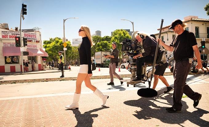 Margot Robbie quay phim trên đường phố ở Hollywood.