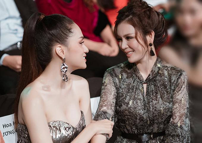 Hương Giang rôm rả trò chuyện với đàn chị. Cô cũngbày tỏ sựngưỡng mộ trước sự thành công của diễn viên Mùa hè lạnh trong cả sự nghiệp kinh doanh và nghệ thuật.