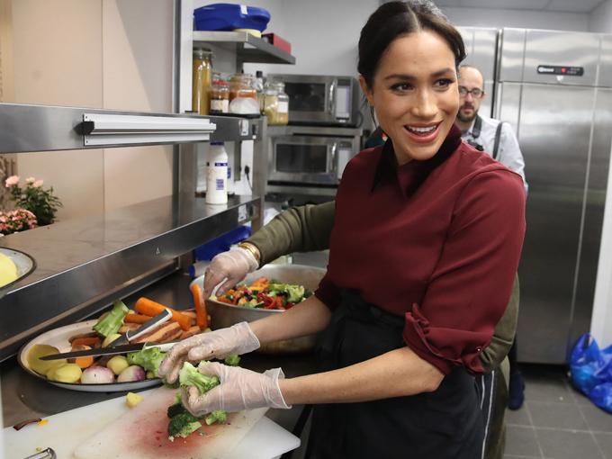 Meghan tham gia bếp nấu ăn từ thiện cho các nạn nhân vụ hỏa hoạn tháp Grenfell ở London vào tháng 11/2018, khi đang mang bầu những tháng đầu. Ảnh: UK Press.