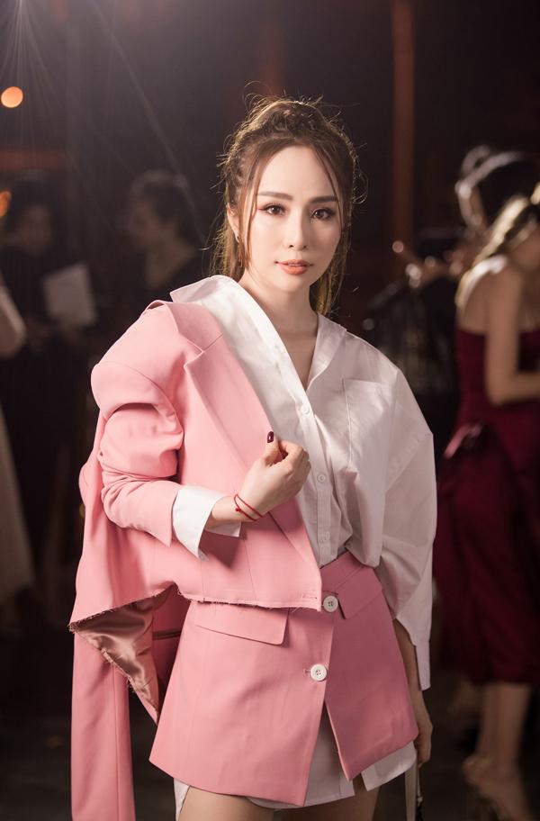 Show thời trang còn thu hút nhiều ngôi sao trên thảm đỏ như ca sĩ Quỳnh Nga. Cô chọn bộ cánh phá cách với tone trắng - hồng. Đây là lần đầu tiên Quỳnh Nga lộ diện sau nghi vấn đã ly hôn người mẫu Doãn Tuấn.
